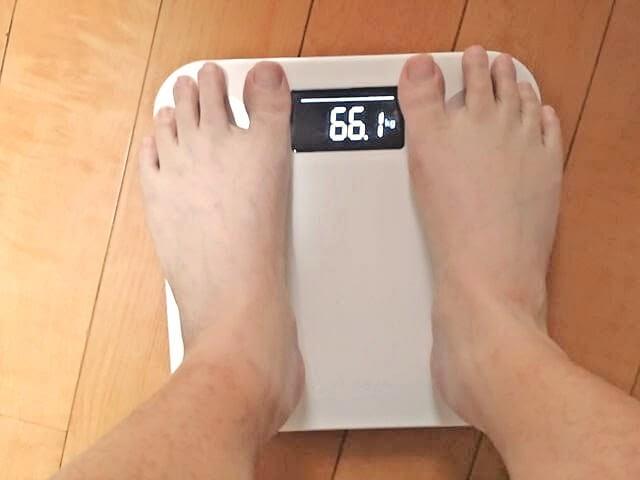 スマートスケールで体重を測る
