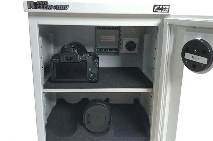 東洋リビングの防湿庫 オートクリーンドライ ED-25CAMにEOS Kiss x9を縦向きに置く