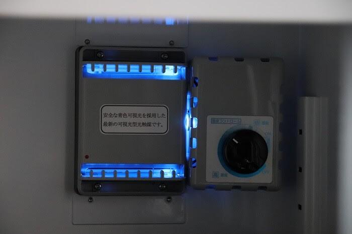東洋リビングの防湿庫 オートクリーンドライ ED-25CAMの光触媒、除湿ユニットの動作中、ブルーのLEDライトが点灯する