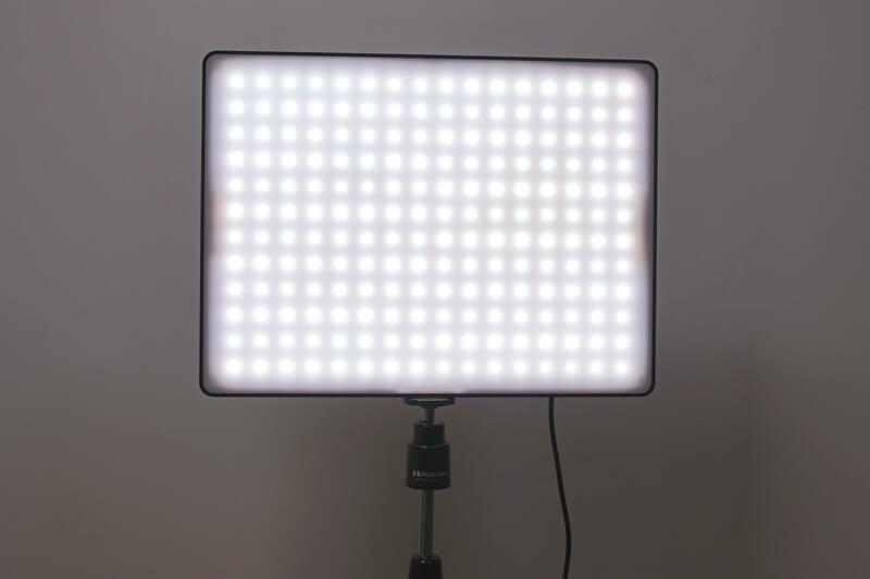 LEDビデオライト、Yongnuo YN600 Airを点灯させた状態