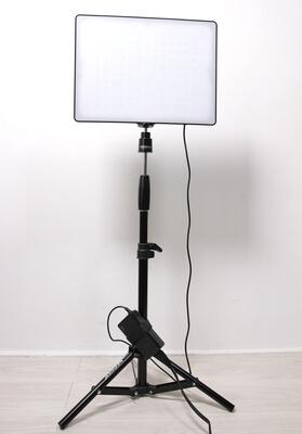 ライトスタンドにLEDビデオライトをセッティング
