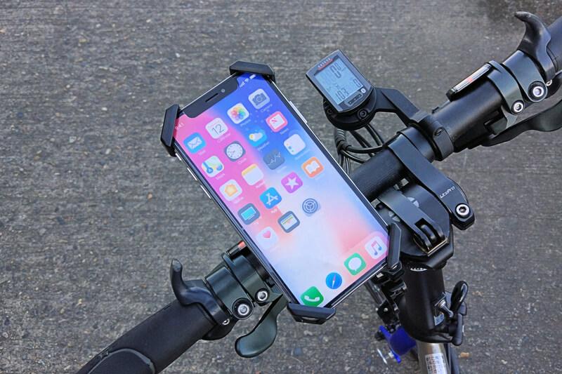 iPhone Xのモックアップをスマホホルダーにセット
