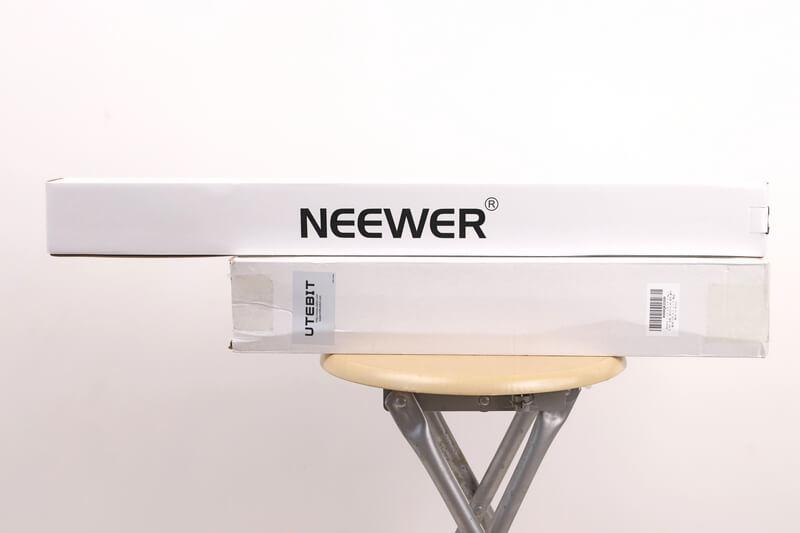 NEEWERとUTEBITのライトスタンドが入っている箱