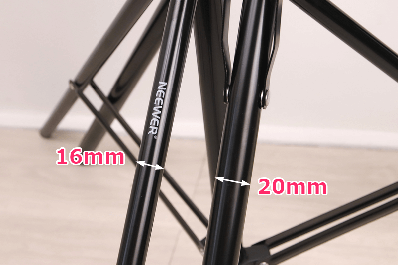 NEEWERとUTEBITライトスタンドの脚の太さを比較