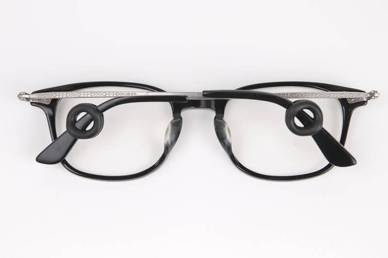 ピタリングを装着したメガネを折りたたんだ状態