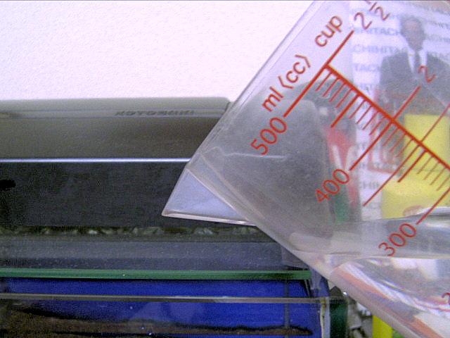 計量カップで水合わせ