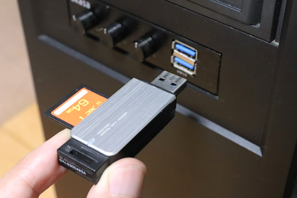 SDカードリーダーをパソコンのUSBポートにさす