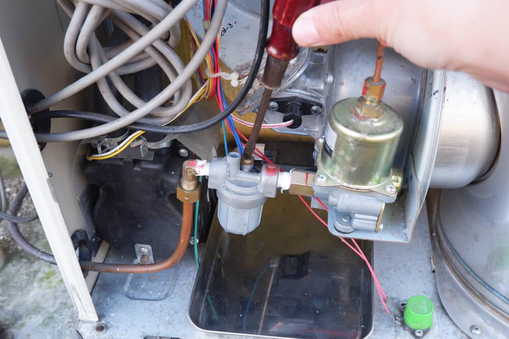 コロナ 石油給湯器 ドライバーでエアー抜きをする