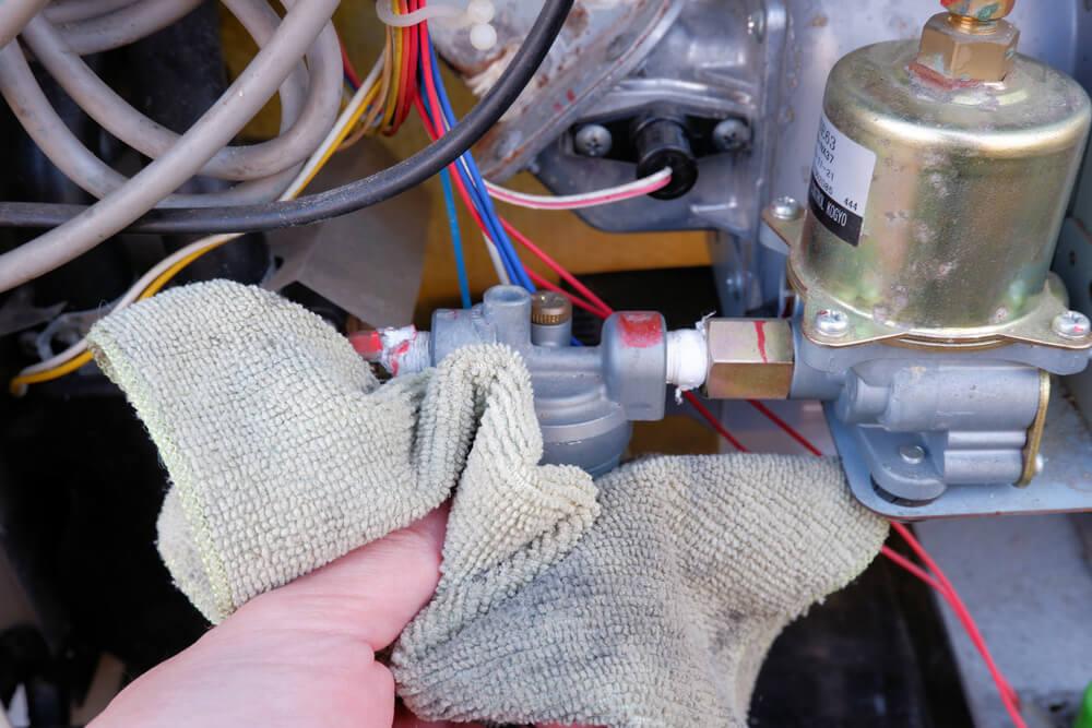 コロナ 石油給湯器 エアー抜きで溢れた灯油を布で拭く