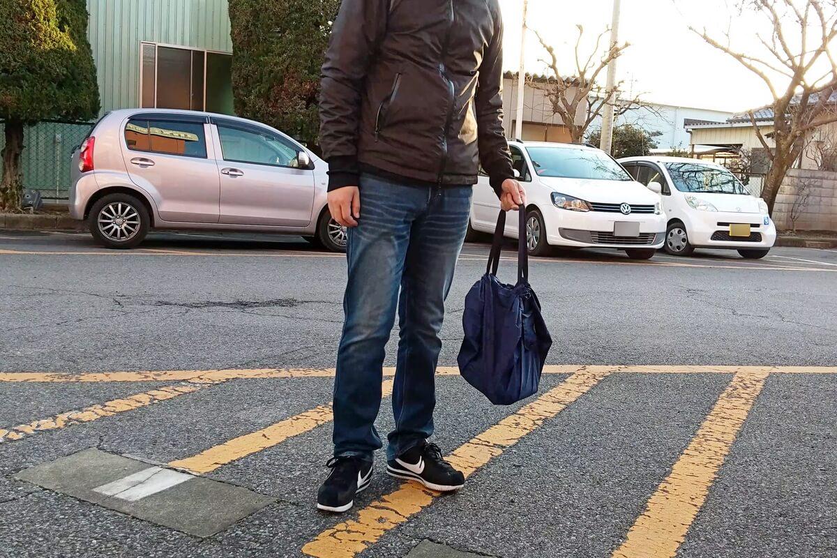 シュパットMバッグを持った男性