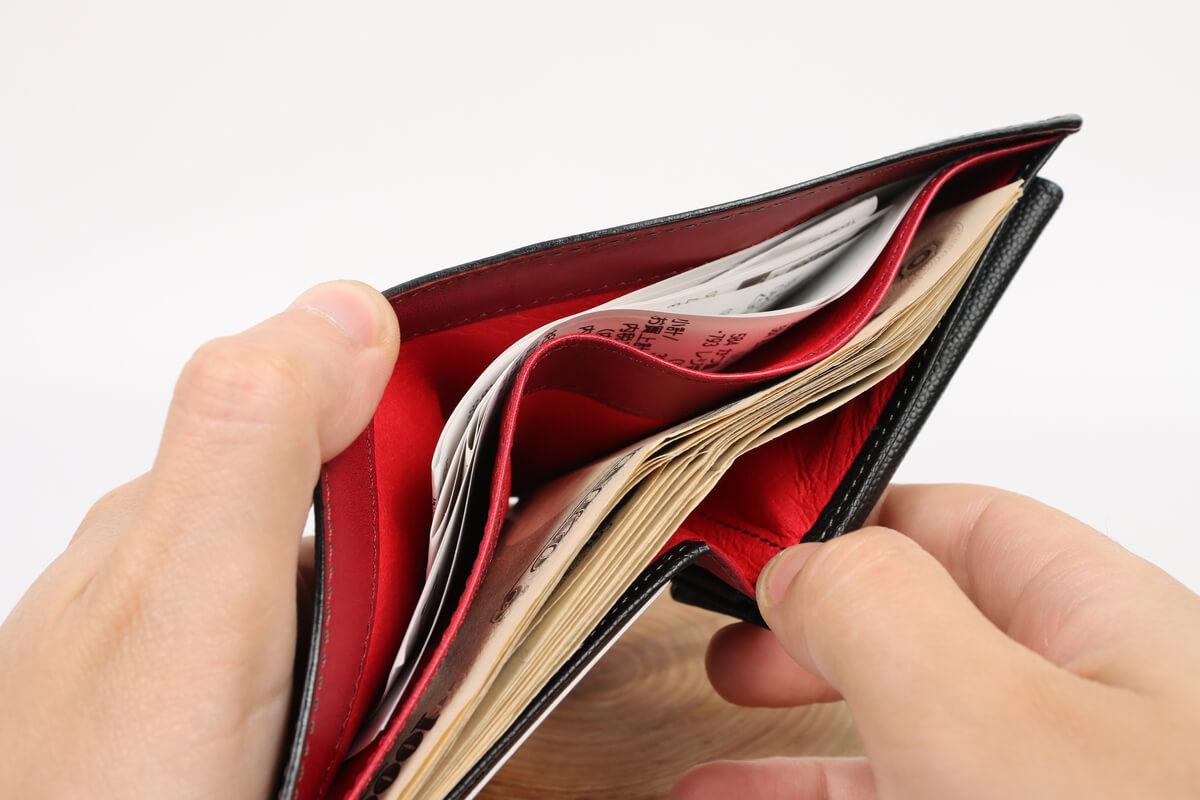キプリス ペルラネラ 二つ折り財布に札やレシートを入れる