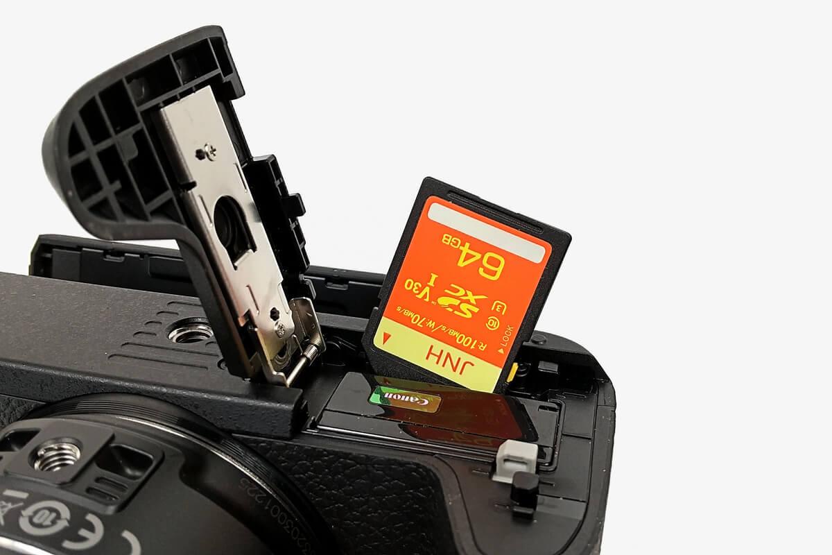 JHNのSDXCカード 64GBをカメラのスロットに入れる