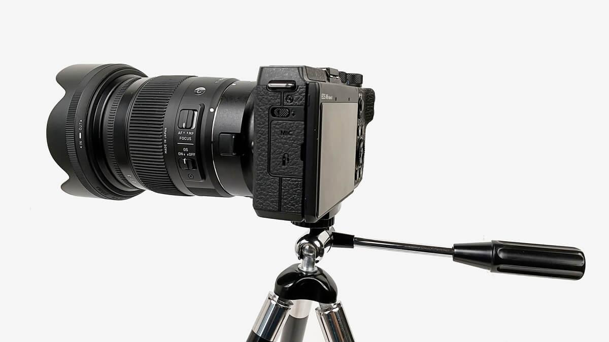 king トライアングル 8段三脚にミラーレスカメラを固定する