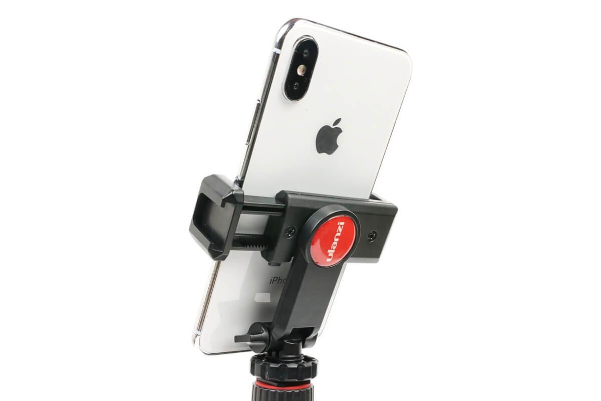 ULANZI ST-06 スマートフォン三脚マウントにiphoneを横向きにセット