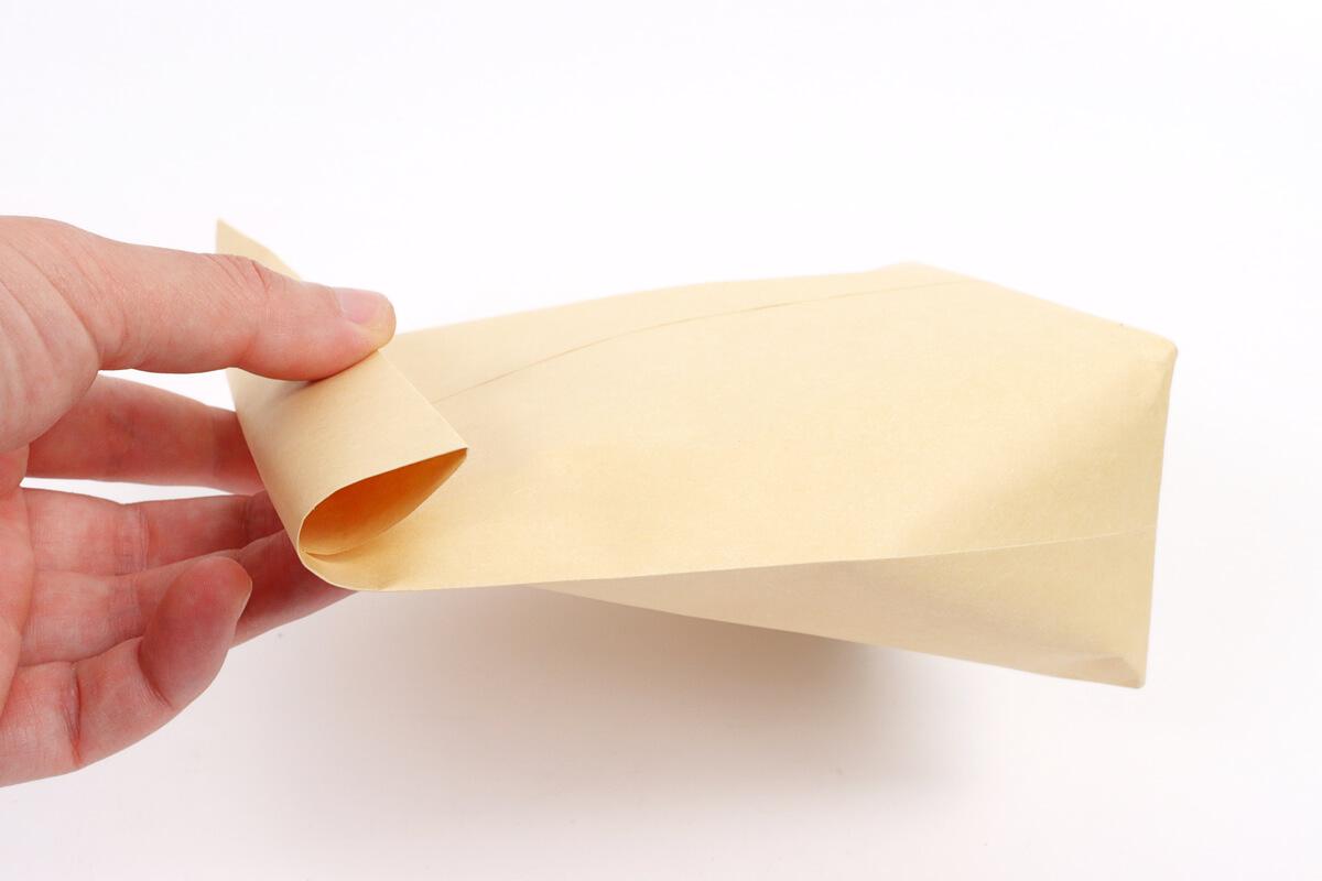 ポップコーンを入れた封筒を2~3回折る