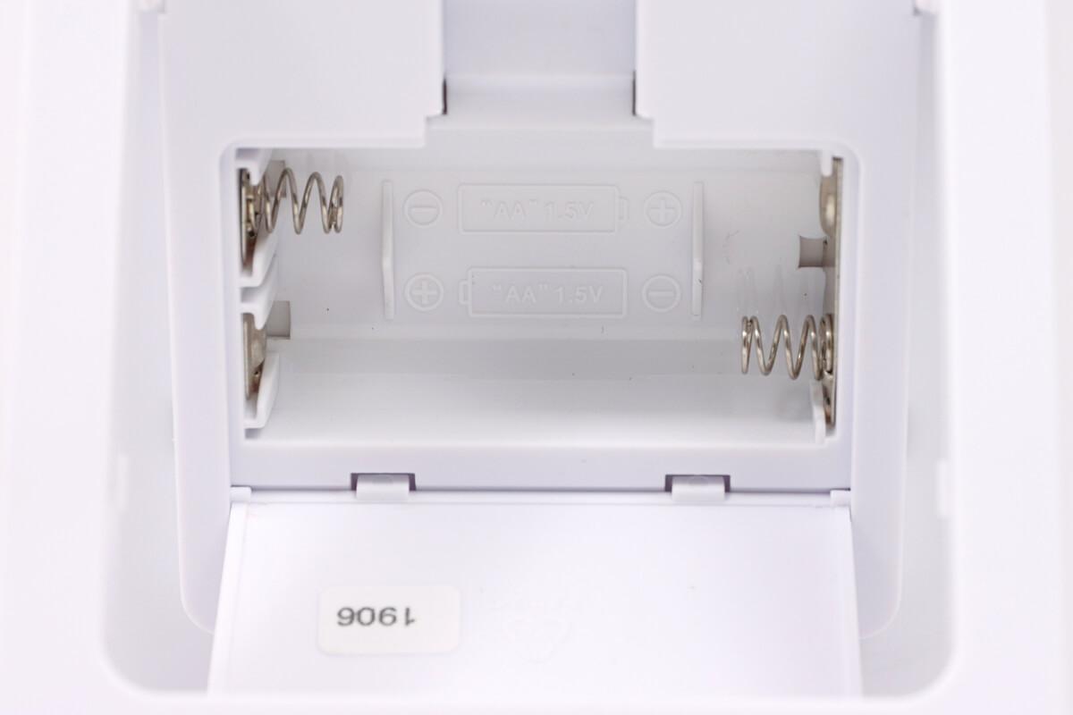 アデッソ NE-02 日めくりカレンダー電波時計は単三電池を2個使用する