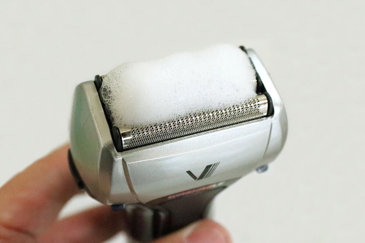 イズミ IZF-V550の刃にせっけんの泡をのせる