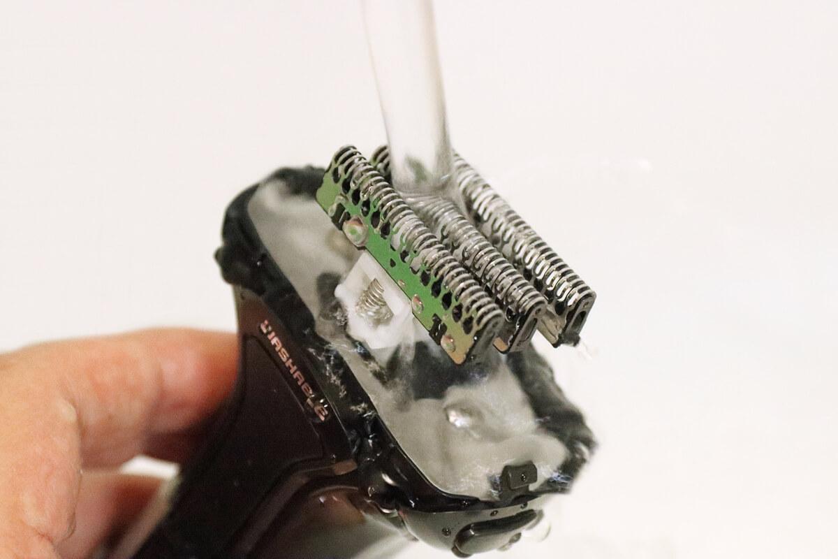 イズミ IZF-V550の内刃を水で流す