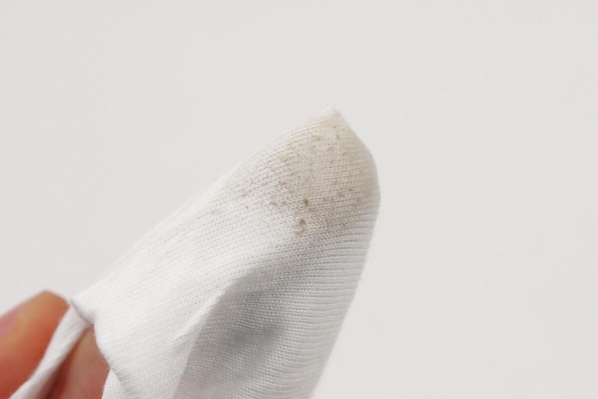 革財布をクリーナーで拭いた後の汚れた布