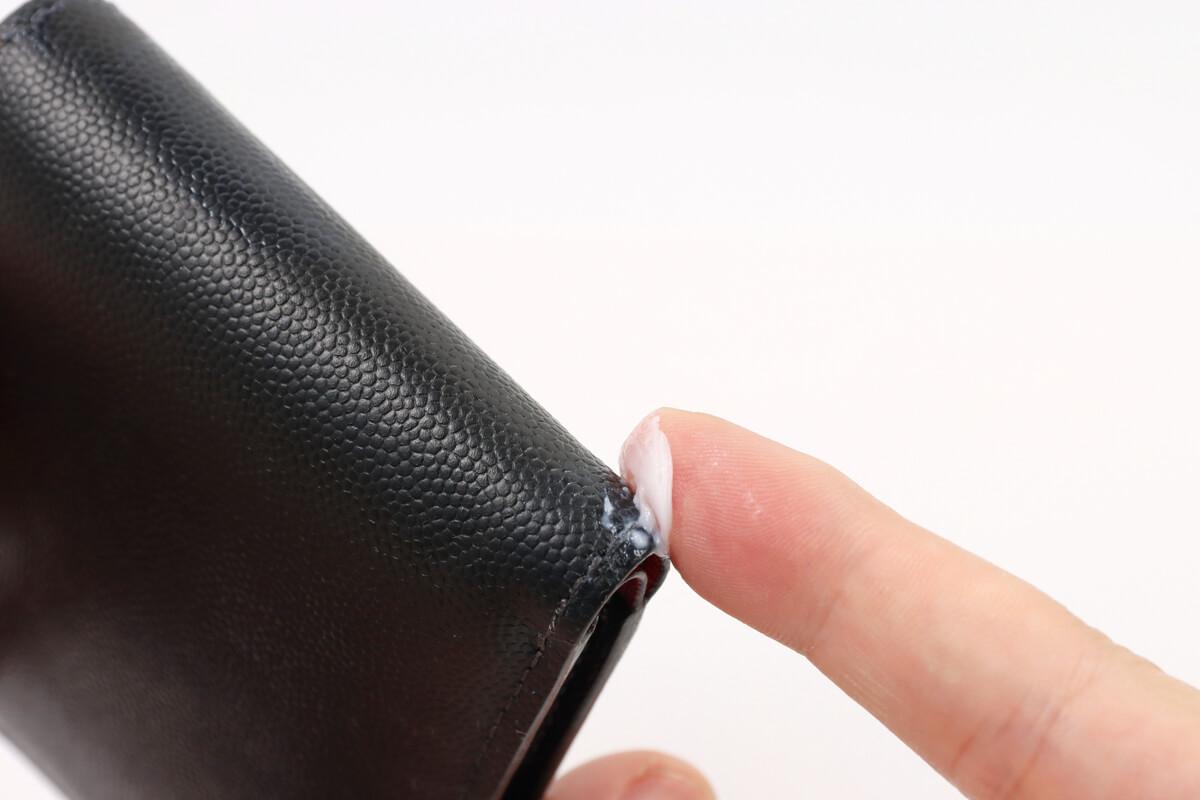 コロニル 栄養クリーム 1909で財布の縁を塗る