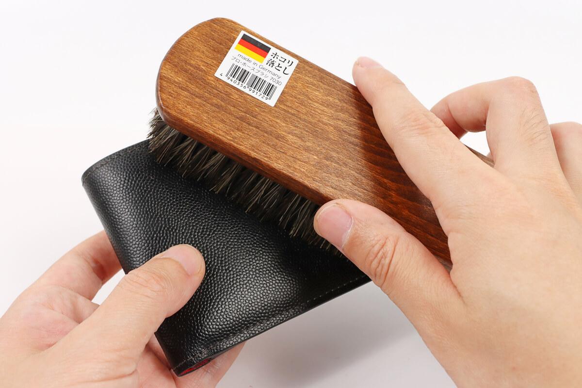 馬毛ブラシで財布に塗った栄養クリームを伸ばす