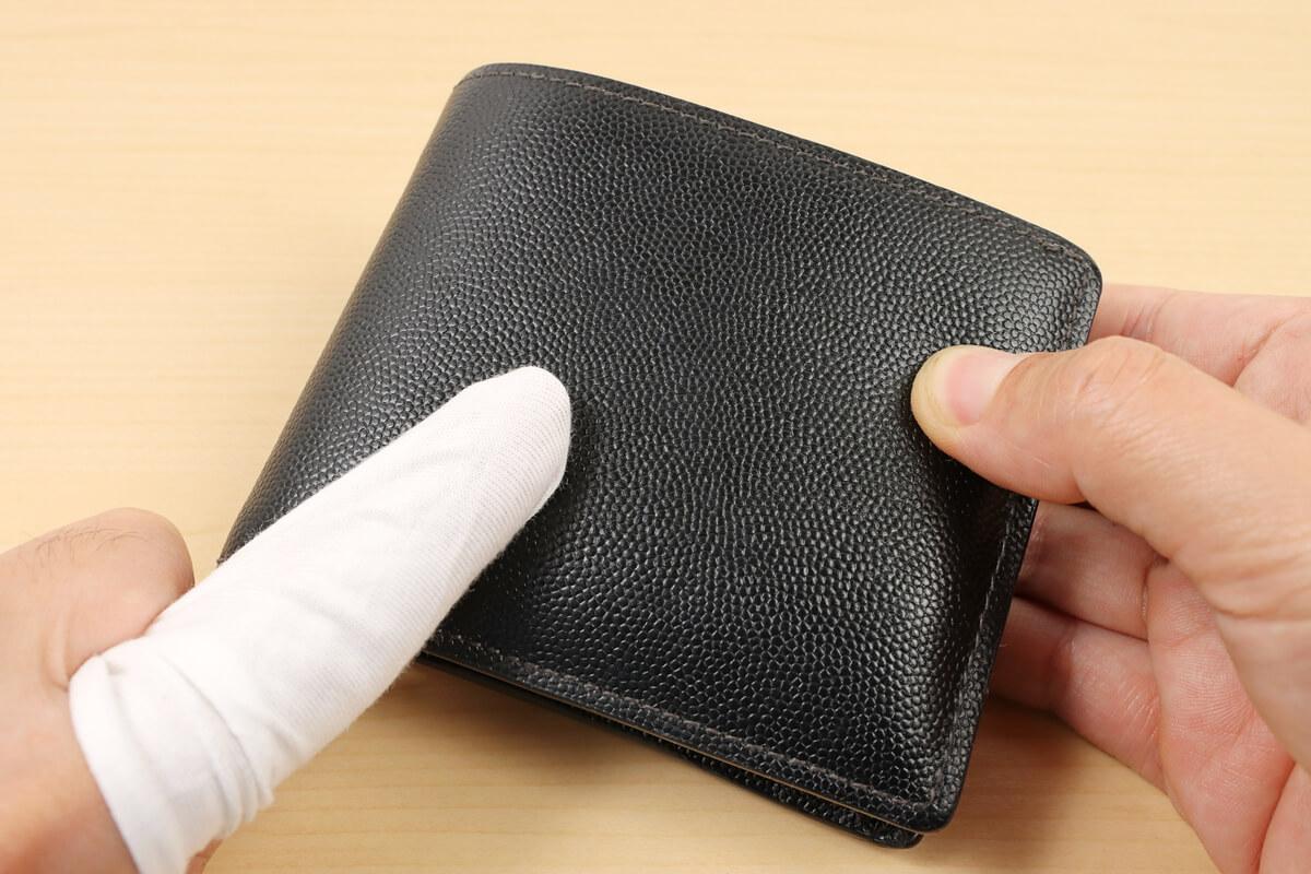 革財布をモゥブレィのクリーナーで掃除する