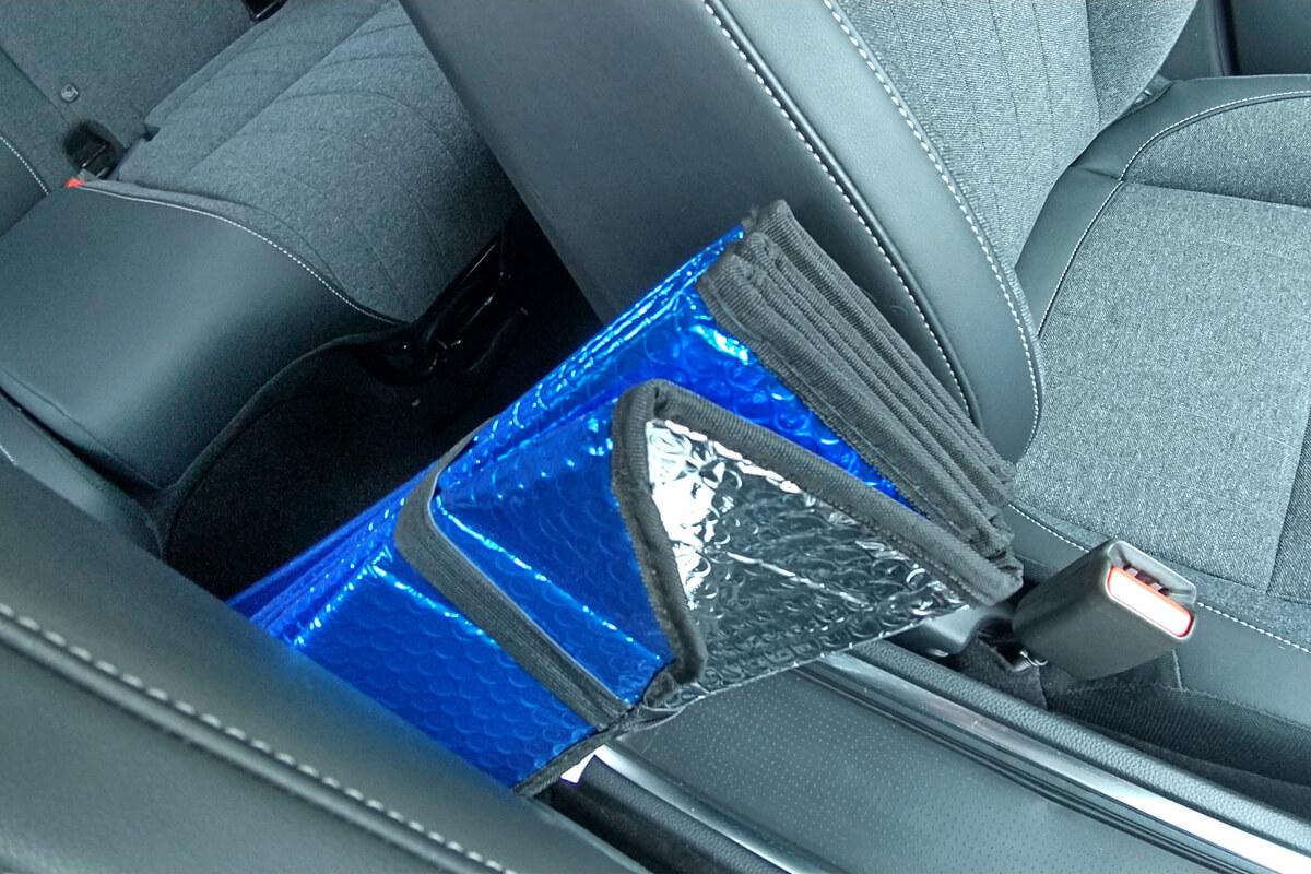新型フィットの座席にサンシェードを仕舞う