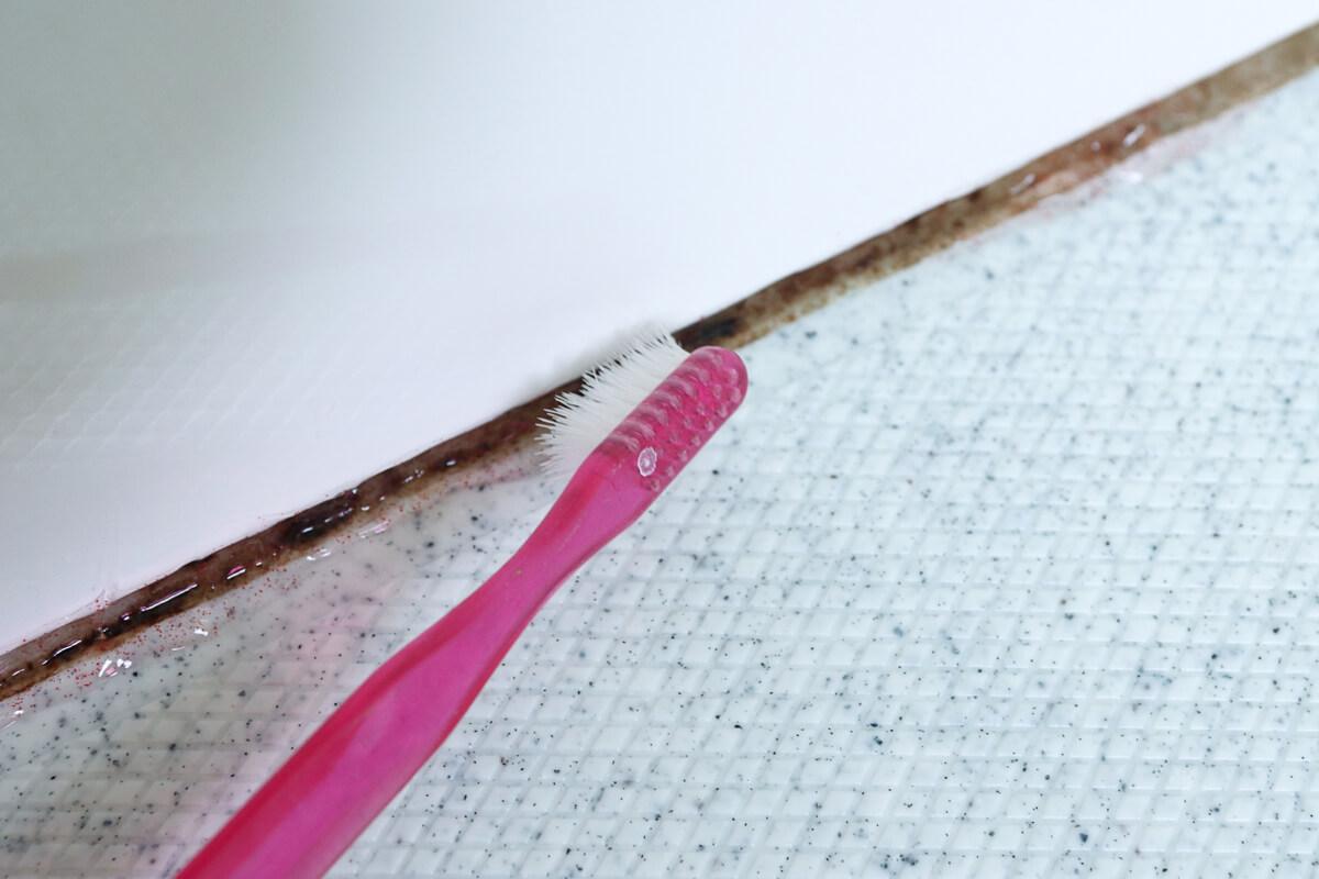 パッキンに塗ったカビトルデスPROを歯ブラシでこする